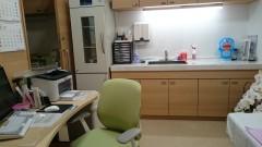 診察室  お子さんの視線の先には、アンパンマンの時計があります ワクチンも、きちんと管理できるよう、専用の冷蔵庫があります